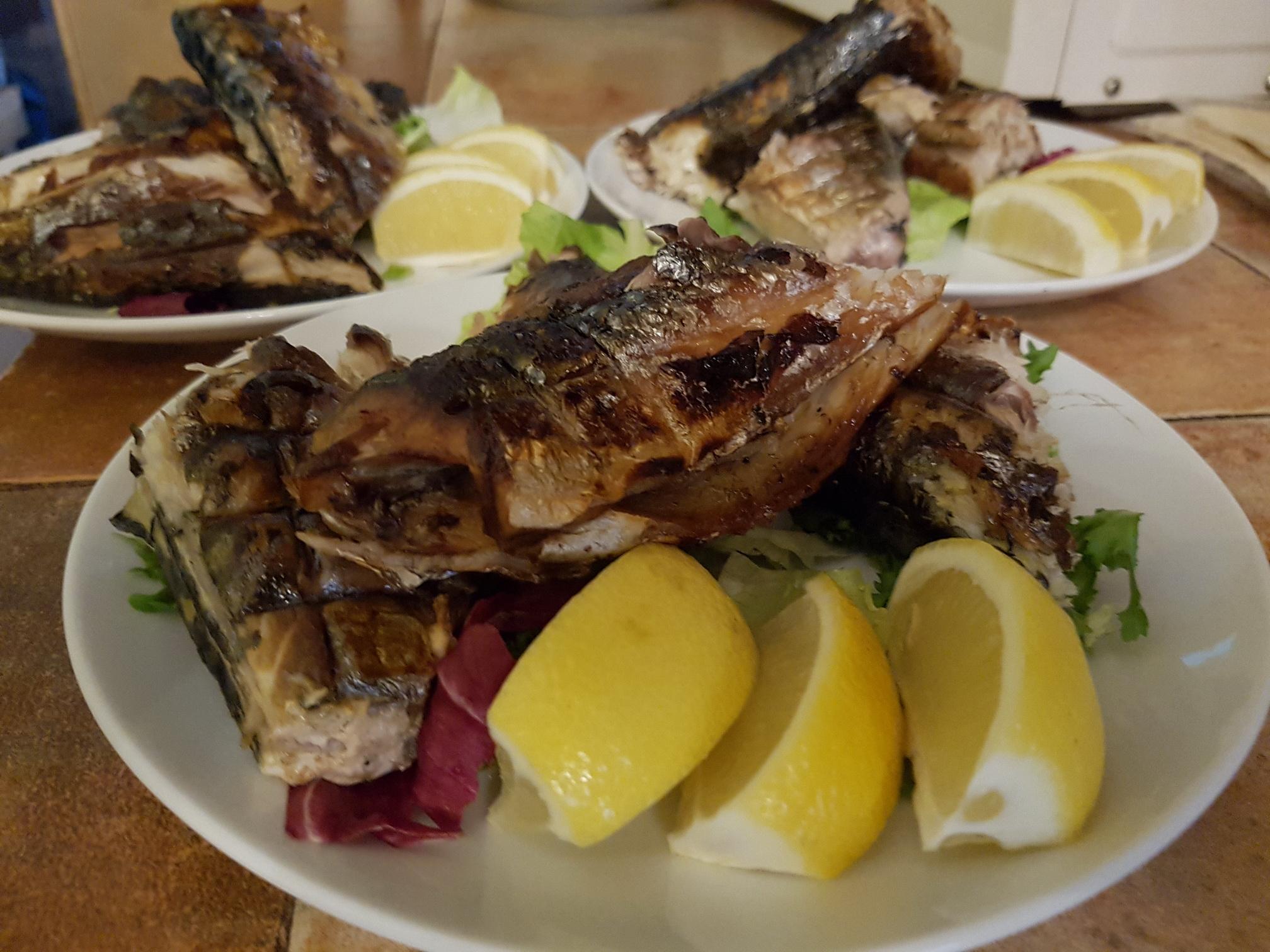 печенная рыба на банкет
